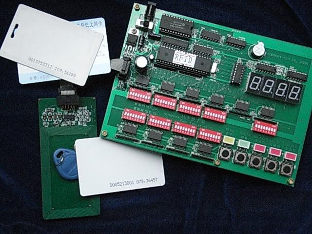 本装置用于RFID射频卡(EM4100等)的快速替代复制与发行。 主要功能及特点: 1. 将新卡复制成与母卡完全一致; 2. 按照所设置的ID号直接发行; 3. 按照所设置的ID号递增发行; 4. 读取ID号; 5. 比较两张RFID卡的ID号; 6. 不需要电脑,独立使用。 RFID卡多用于楼宇公寓等作为门禁管理卡,特征是表面写有10位数字。