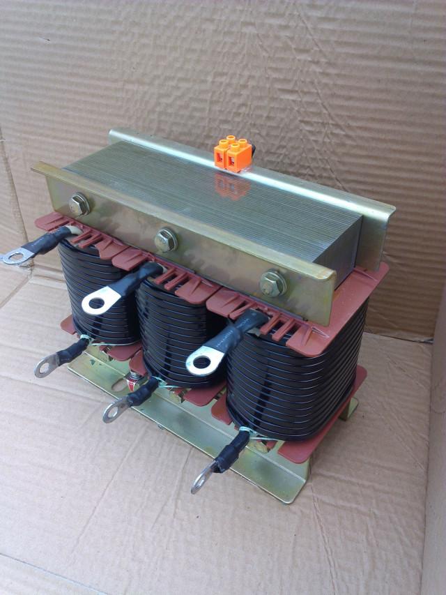 干式铁芯串联电抗器用于低压无功补偿柜中,与电容器相串联,当低压电网中有大量整流、变流装置等谐波源时,其产生的高次谐波会严重危害主变及其他电器设备的安全运行。电抗器与电容器相串联后,能有效地吸收电网谐波,改善系统的电压波形,提高系统的功率因数,并能有效地抑制合闸涌流及操作过电压,有效地保护了电容器。