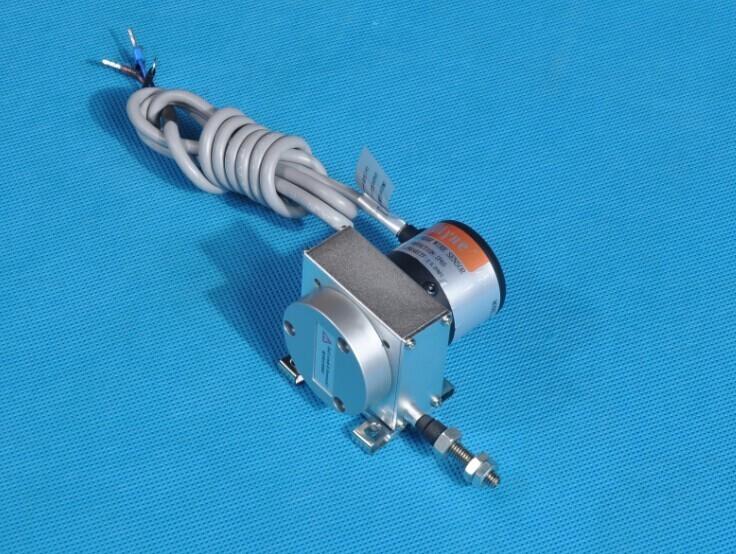 通用LWM微型拉杆式直线位移传感器系列,有效行程25mm~300mm,两端均有2mm缓冲行程,精度0.3%~0.05%FS。外壳表面阳极处理,防腐蚀;内置导电塑料测量单元,无温漂,寿命长;具有自动电气接地功能。密封等级为IP67,有直接出线和五芯插头插座输出两种选择,可以适用在大多数通用场合,特别适用于安装空间狭小的场合;拉杆球头具有0.