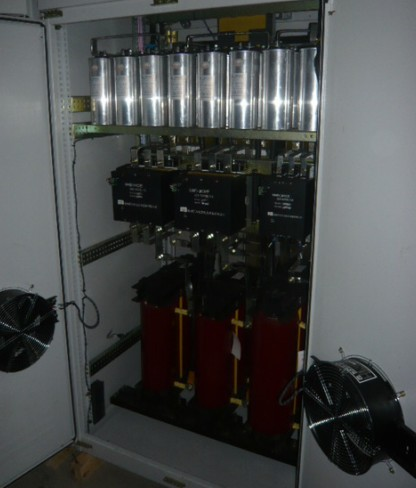 控制电路等组成,控制电路与控制器的控制信号采用光电隔离,避免了相互