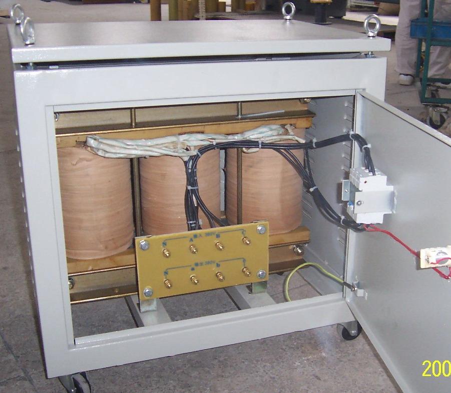 苏州市电压调整器厂专业生产SG/DG系列隔离升降变压器是一种输入输出隔离,且输入输出都能进行220V及380V三相交流转换的多用途交流电流电源。使用方便,安全可靠。凡需要与电网隔离,并且需要进行交流电压转换的仪器设备均可使用本产品。 初、次均用电磁铜线绕制,变压器铁芯一律采用心式铁芯,由电工硅钢片迭积而成,铁柱采用多级阶梯的圆截面,铁轭采用矩形截面,在上、下铁轭两侧利用槽钢作为夹件,通过夹轭螺杆以达到压紧铁轭,上、下夹件使用吊紧螺杆吊紧以达到固定线圈之用。 四、定制特规变压器输入,输出电压及连接方式视需方