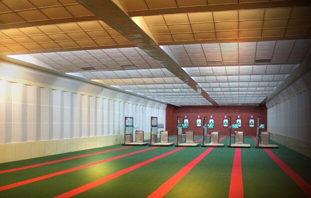室内精度靶场和影像靶场设备、安装设计方案 靶场一般位于位于地下一层,总建筑面积约为300O,由射击区、靶位区、观摩区、控制室等部分组成。全面体现训练贴近实战的构建思想,适宜公安干警进行基准训练和战术训练,射击馆的建筑总长约为40米,宽约8米,梁下高约3.8米,框架结构;射击区装备4套自动报靶设备,射击馆的通风、照明、指挥音响由计算机进行统一综控,使场馆在配合不同科目的训练方面能一馆多能的目的。适用枪型:54、64、77、92式短枪及微冲。适用弹型:适用于弹径4.