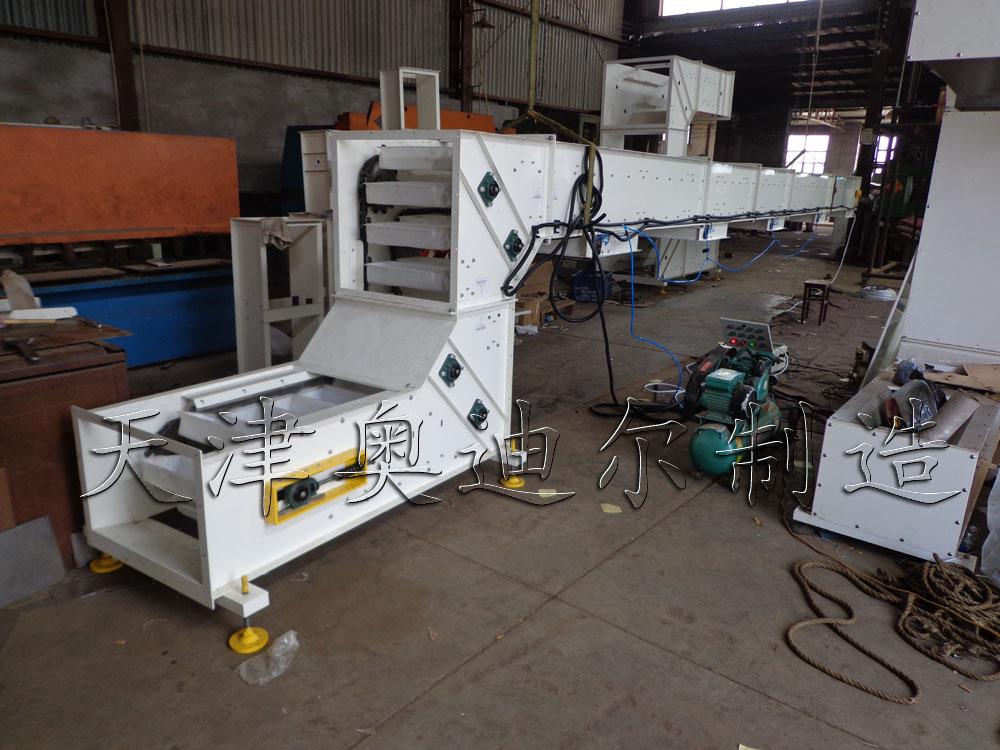 天津奥迪尔无破碎提升机是专为长期工作的重负荷而设计。整机可采用碳钢冷压钢板静电喷涂或不锈钢结构。带有多个出口的提升机可以通过卸料装置任意选着卸料位置,同时最后一个卸料装置确保清空输送料斗内的所有物料。 我们的无破碎提升机输送链条采用大节距自润滑滚子输送链。从而降低了链条在使用中的摩擦损耗,使链条的使用寿命延长并降低了维修更换成本。 我们为客户提供多种材料的输送料斗供客户选着,目前常用材料有尼龙,ABS,PP,PE,不锈钢,碳钢等。 其它常用名:转斗式提升机,无破碎提升机,Z型提升机,Z型上料机,Z型斗提机