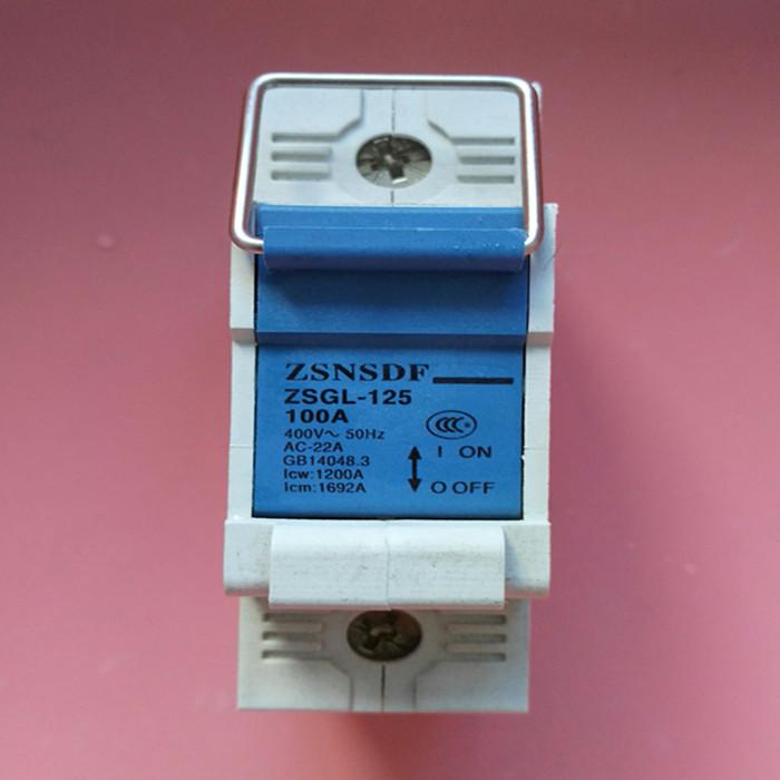 一、适用范围 ZSGL-125拉闸式隔离开关(又称为拉钩式隔离开关),适用于交流50/60Hz,额定电压230-400V以下,额定电流63A至125A的电阻和电感混合电路中,主要供无负载情况下接通或断开电路,作线路与电源接通或隔离之用。尤其适合线路检修时有效隔离电源并防止意外合闸,以确保检修人员的操作安全,拉钩式隔离开关广泛使用在国家农网电表箱配套产品中,代替原老型的闸刀开关,安装更加方便,外形更加美观。 隔 离开关是高压开关电器中使用最多的一种电器,顾名思义,是在电路中起隔离作用的它本身的工作原理及结构